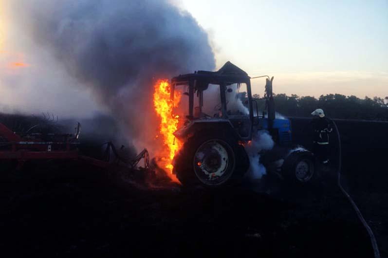 Внутри был водитель: под Днепром во время сбора урожая загорелся трактор