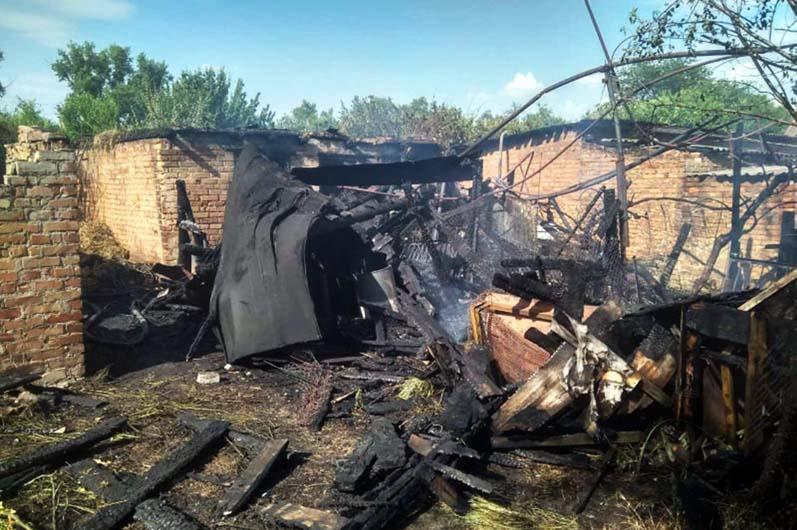 Тушили 3 часа: под Днепром сгорело 2 гаража (ФОТО)