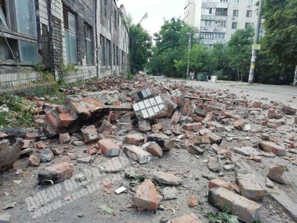 В Днепре на Драгоманова обвалился фасад заброшенного здания