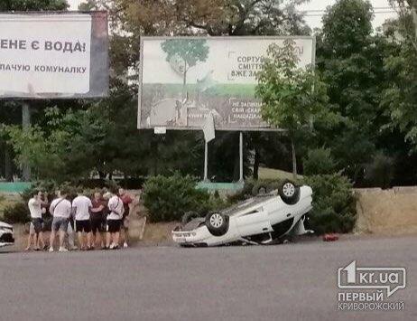 В Кривом Роге перевернулось авто после наезда на ливнёвку