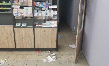 В Кривом Роге мужчина разбил витрину аптеки и пытался украсть деньги