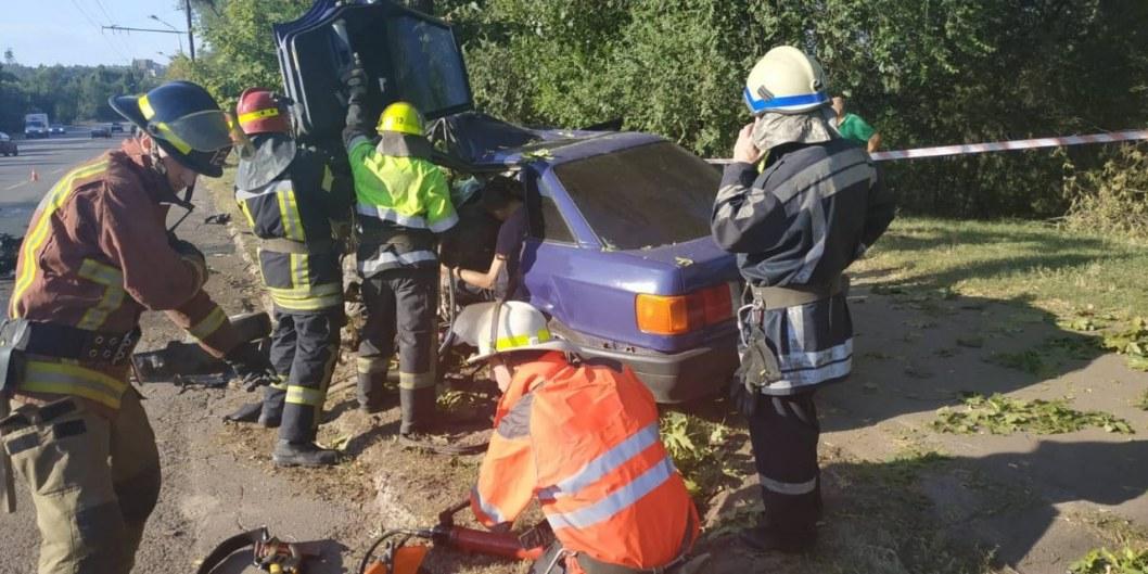 В Кривом Роге легковушка въехала в электроопору: водитель погиб на месте