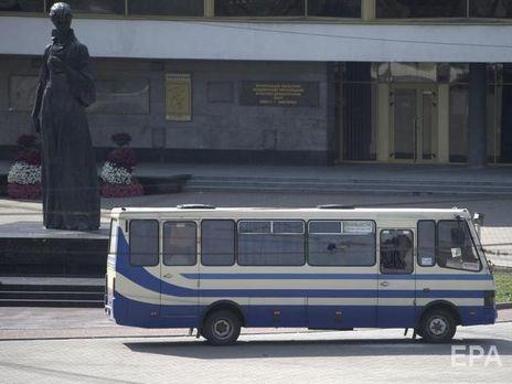 Вышел из автобуса и развел руками: появилось видео задержания террориста в Луцке