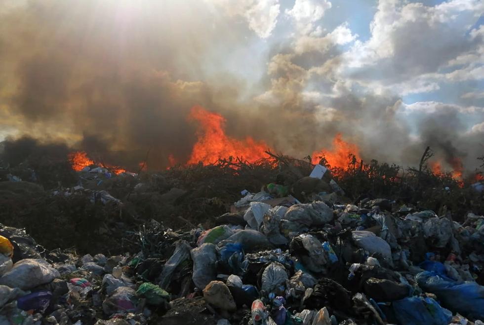 Все ещё горит: под Павлоградом спасатели тушат сильный пожар на свалке