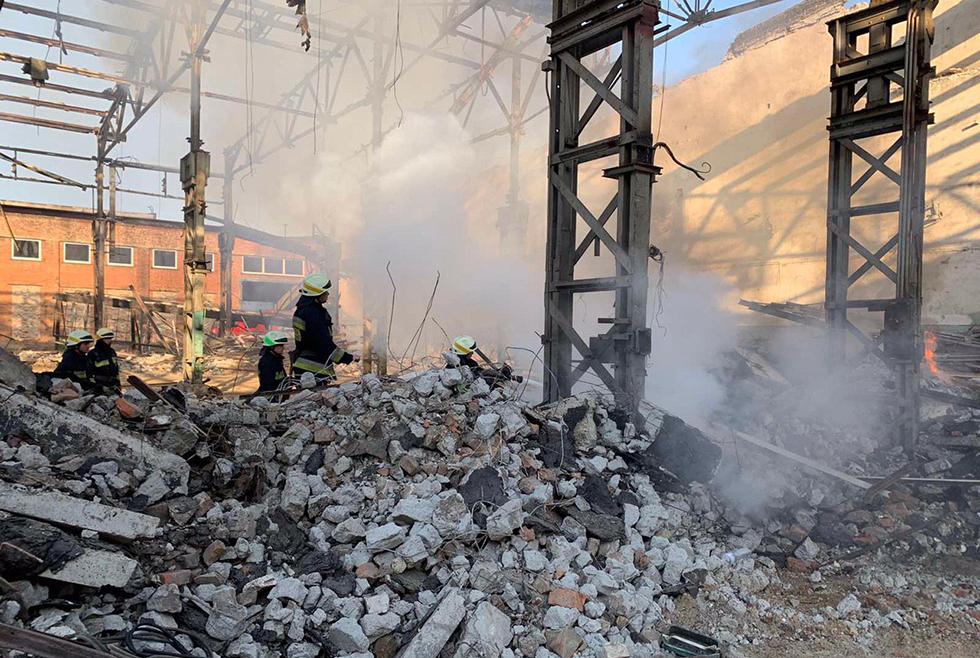 Утренний пожар в Днепре: 9 спасателей тушили заброшенное здание (ФОТО)