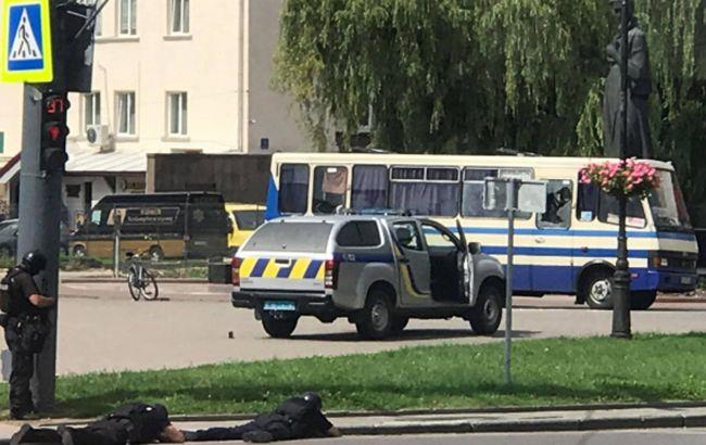 Могут взорвать бомбу: что происходит с захваченным автобусом в Луцке
