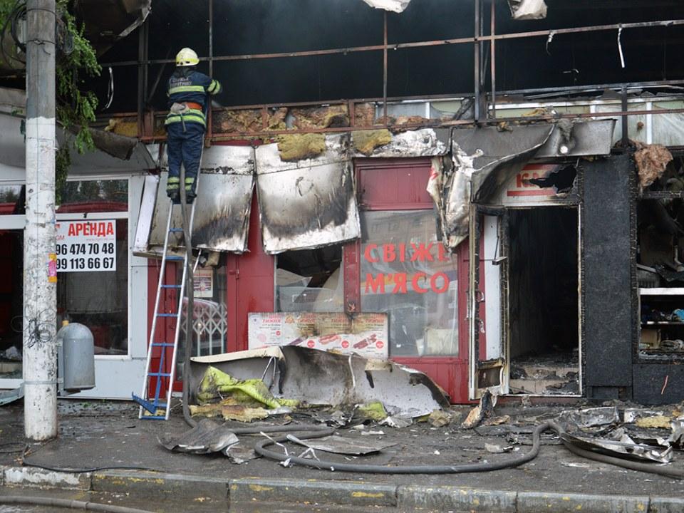 В Днепре на Пастера сгорели продуктовые киоски (ВИДЕО)