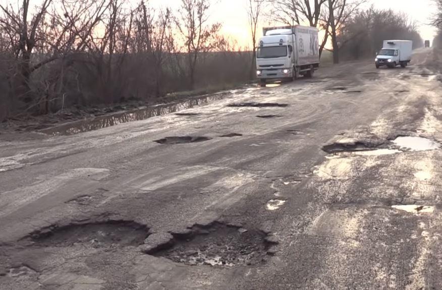 Ямы и разруха: как ездят по трассе Кривой Рог-Кропивницкий (ВИДЕО)
