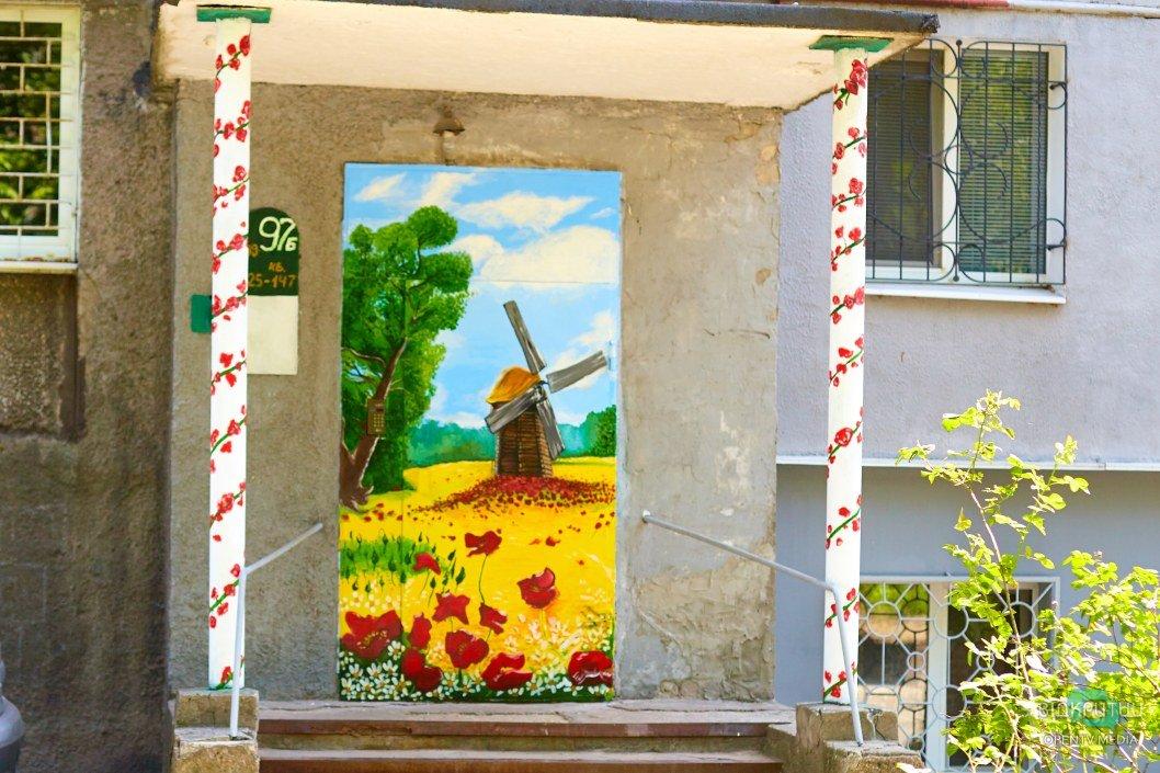 Мурал в украинском стиле: в Днепре необычно украсили подъезд многоэтажки