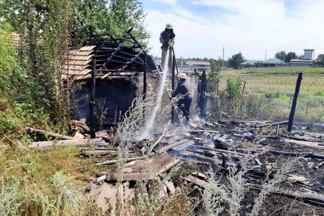Опять пожар: под Днепром возле жилого дома сгорел сарай (ФОТО)