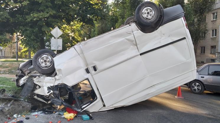 ДТП в Днепре: при столкновении микроавтобус перевернулся на крышу
