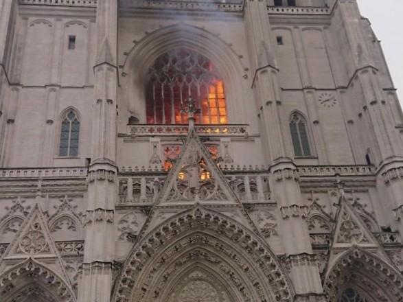Опять пожар: во Франции горит собор Святых Петра и Павла (ФОТО)