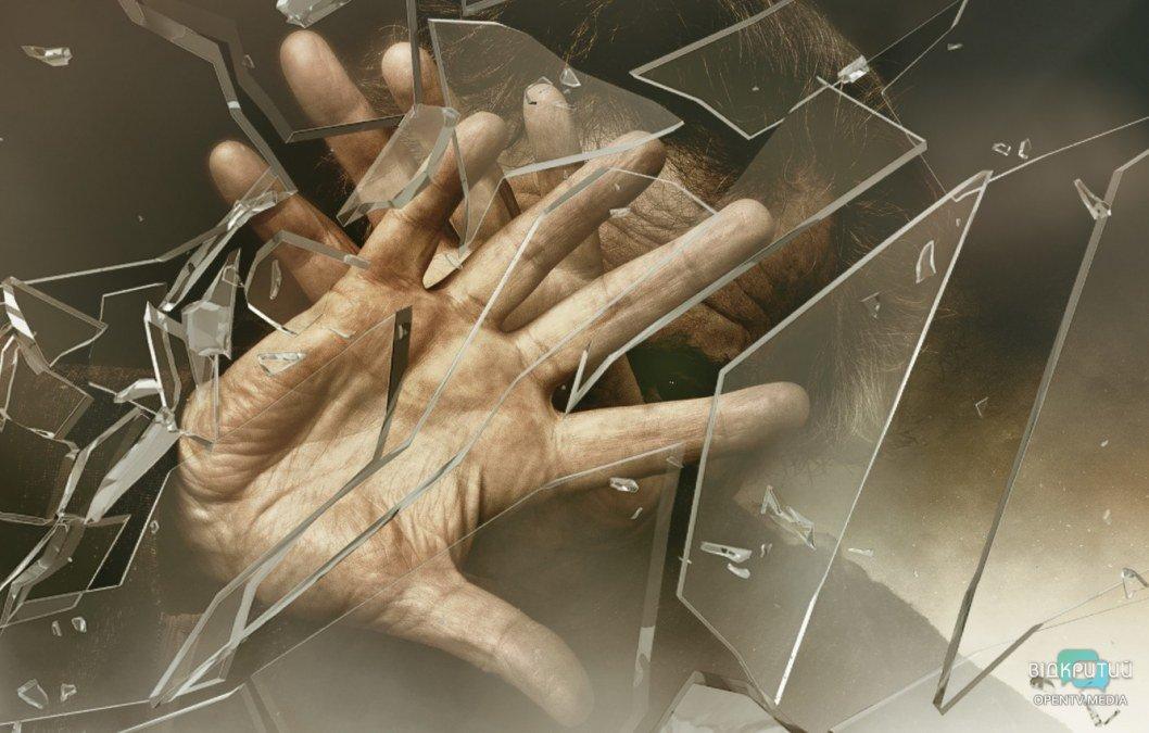 chelovek ruki steklo