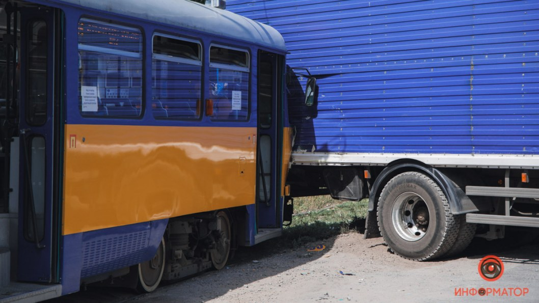 Трамвай въехал в грузовик Днепр