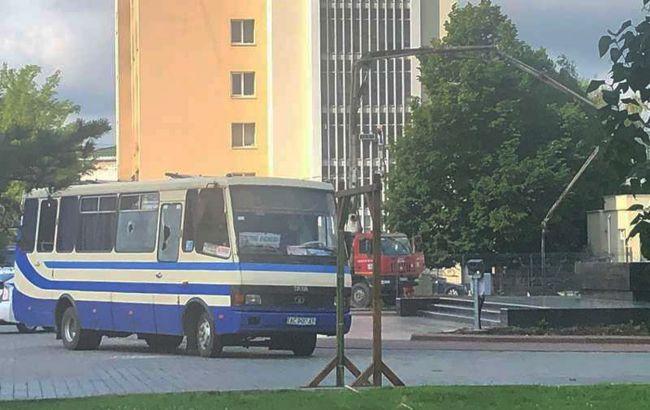 В Луцке вооружённый мужчина захватил автобус с 20 заложниками