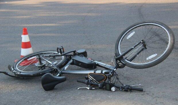 В Днепре на Набережной Победы легковушка сбила велосипедиста (ВИДЕО)