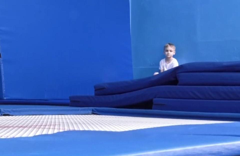 В Днепре возобновили тренировки прыгуны на батуте