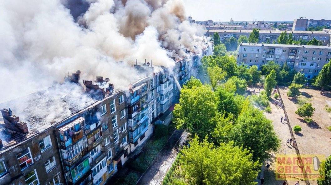 Пожар в Новой Каховке: горела крыша пятиэтажного дома (ФОТО)