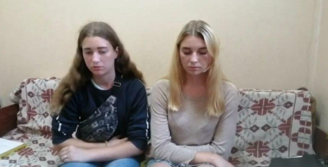 Забавы ради: две девушки из Днепра разгромили вагон электрички