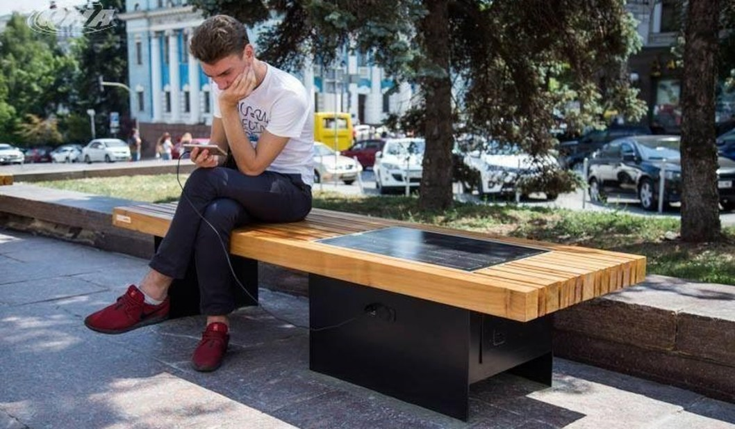 В Днепре появилась чудо-скамейка, которая заряжает гаджеты