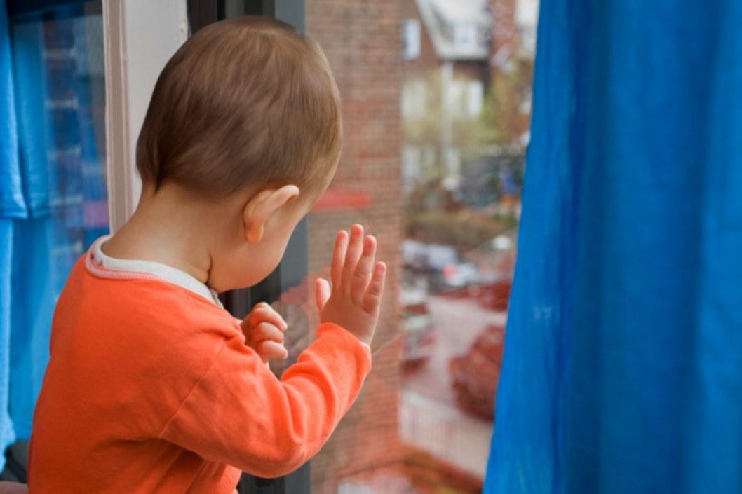 В Каменском на Грушевского 3-летний малыш выпал из окна