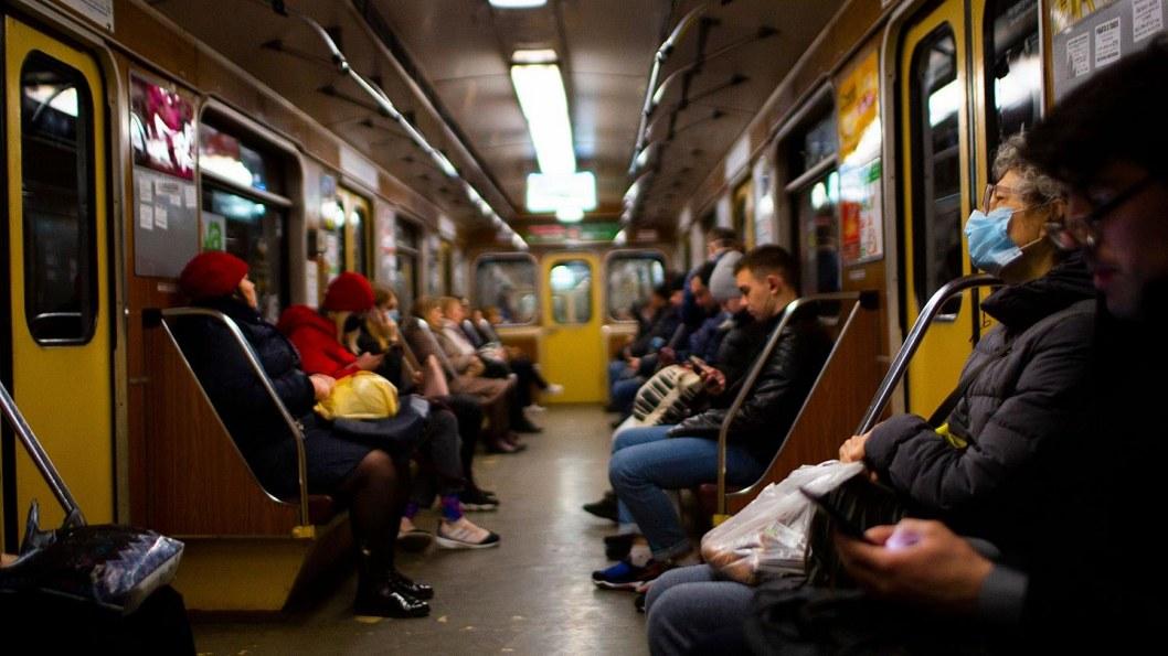 люди в масках, карантин, пандемия, ковид, общественный транспорт