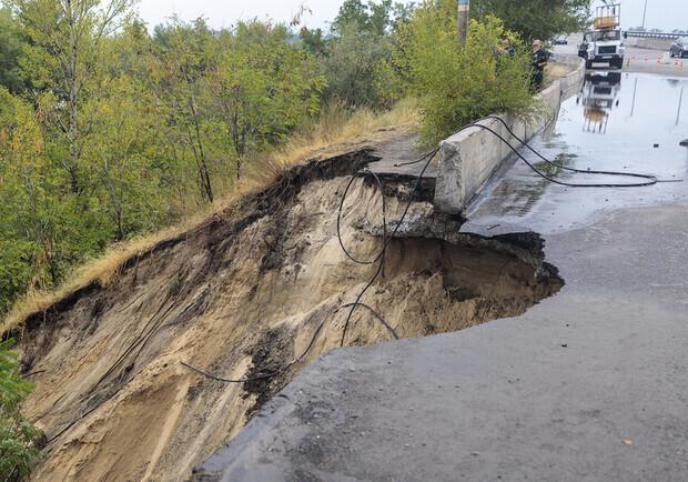 В Каменском восстанавливают мост, который обвалился после ДТП