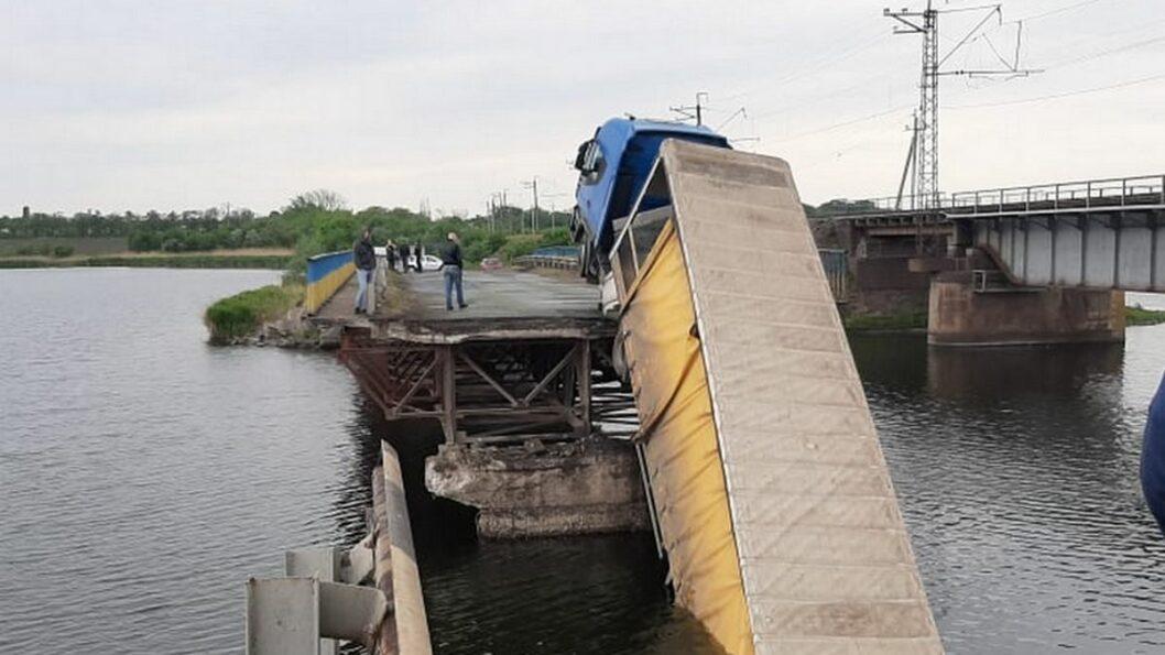 В Днепропетровской области выделили деньги на разрушенный грузовиком мост