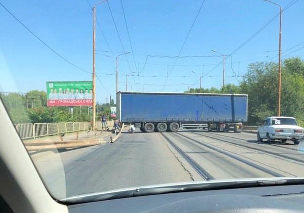 В Днепре фура заблокировала движение на Старом мосту