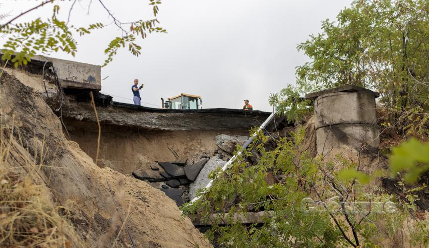 Под Днепром рухнул мост: подробности
