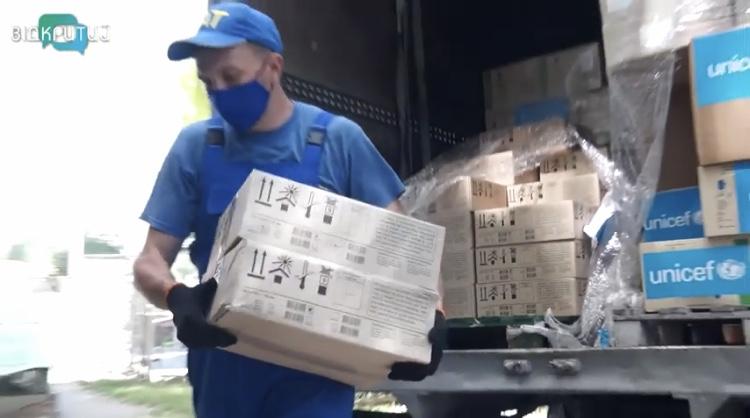 Безопасная работа: соцработникам в Синельниково передали двухмесячный запас масок и перчаток