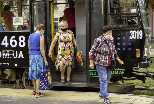В Днепре обустраивают повышенные трамвайные платформы для маломобильных групп