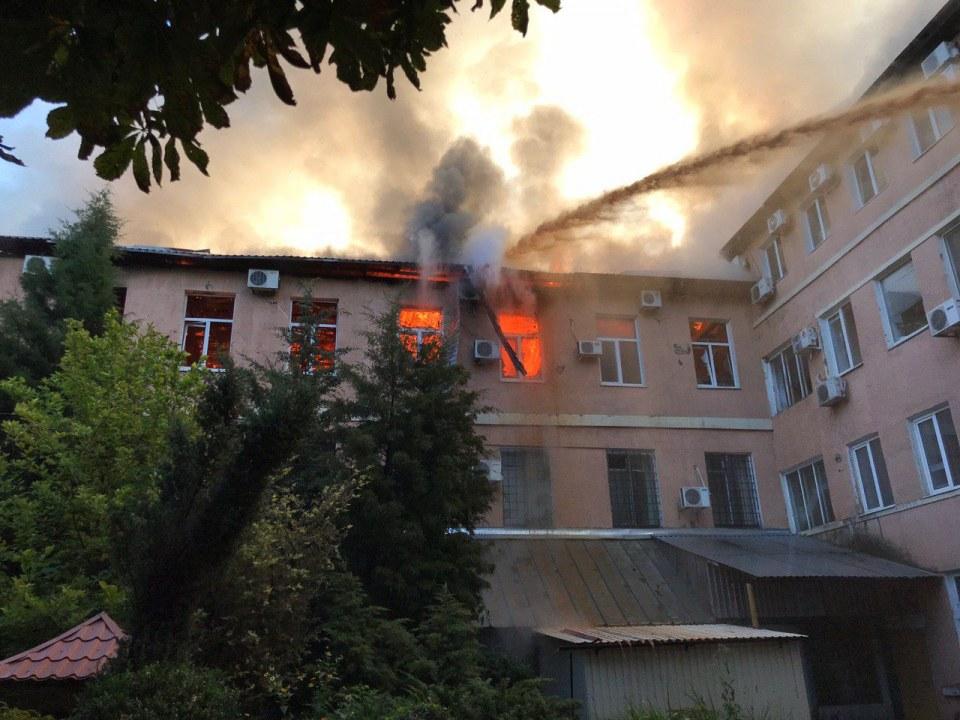 Столб дыма виден с правого берега: в Днепре на Ясельной вспыхнул сильный пожар (ФОТО)