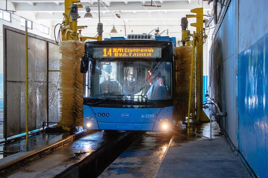 Как в Днепре обрабатывают автобусы во время карантина (ФОТО)