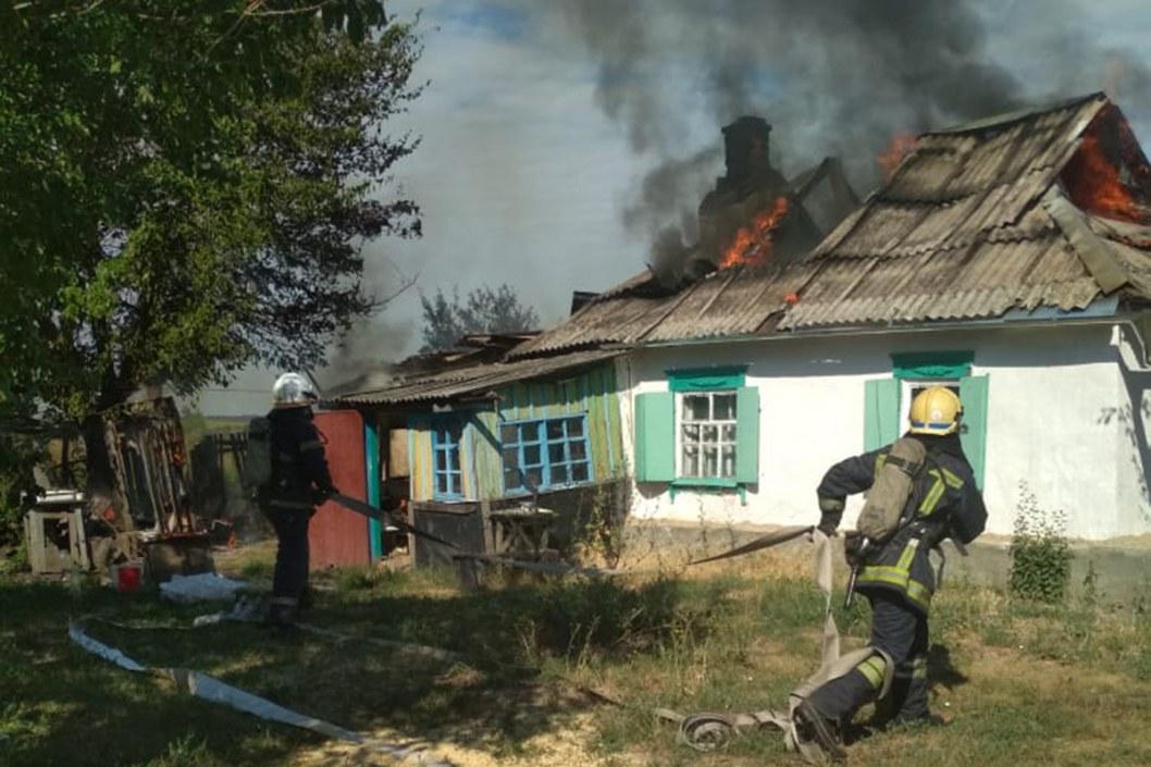 Крыша в огне: на Днепропетровщине горел частный дом (ФОТО)