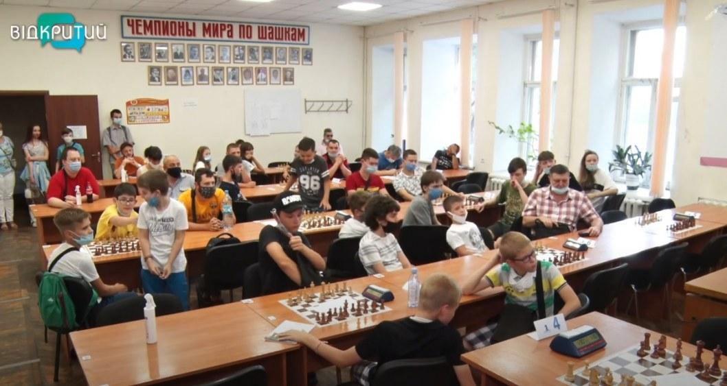 «Ход конем»: в Днепре стартовал городской шахматный турнир