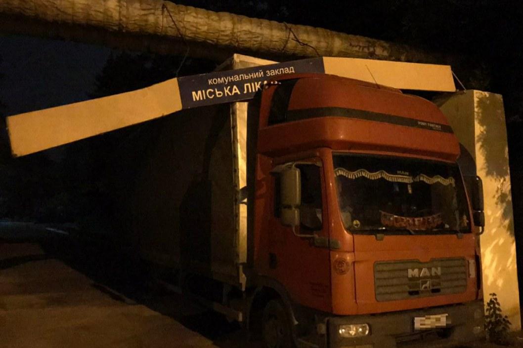 В Кривом Роге застрял грузовик