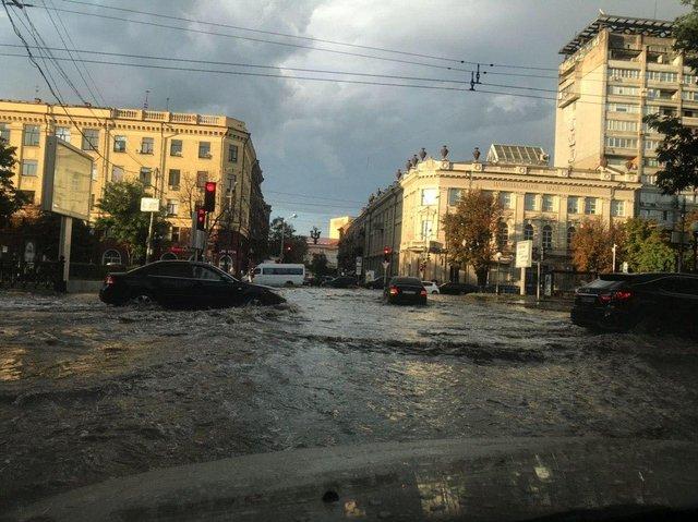 В Днепре спасатели ликвидируют последствия бури