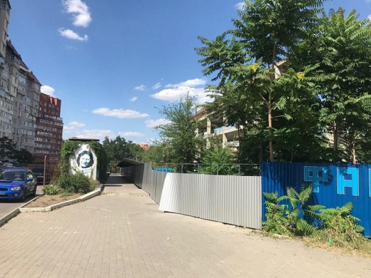Из-за реконструкции бульвар Кучеревского разделили забором