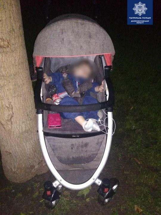 В парке Днепра нашли младенца в коляске: пьяная мать ушла домой