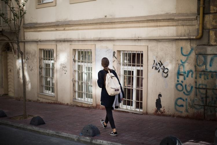 Гуляла по центру: в Днепре исчезла 20-летняя девушка