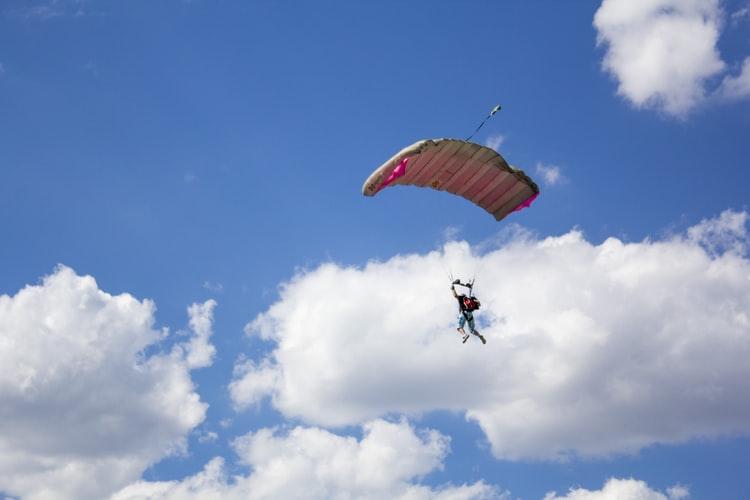 Реабилитация небом: АТОвцы с боевыми ранениями прыгнули с парашютом