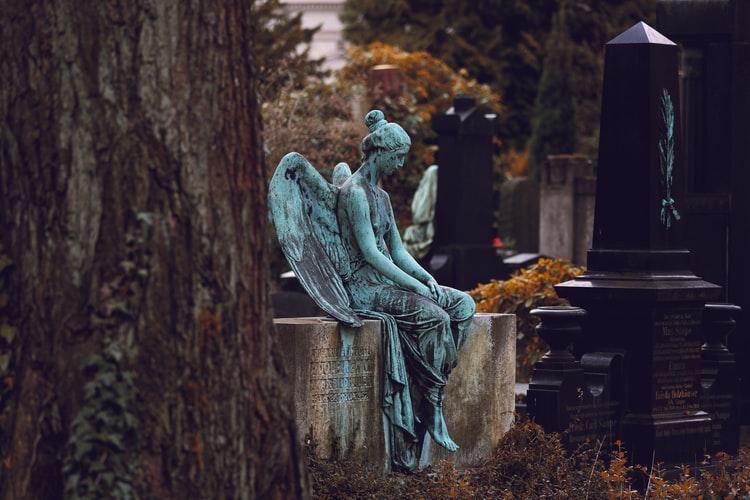 Сидя на могиле: в Днепре подростки распивали алкоголь посреди кладбища
