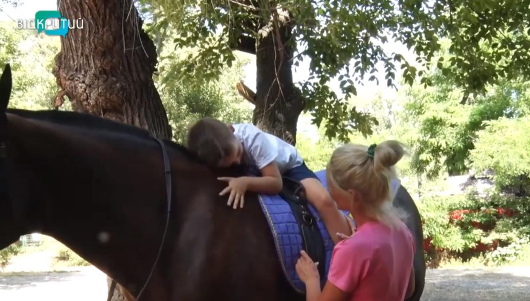 Иппотерапия: в Днепре тяжелые болезни лечат прогулками на лошади