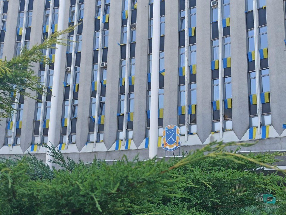 В Днепре из окон горсовета вывесили десятки сине-желтых флагов (ФОТО)