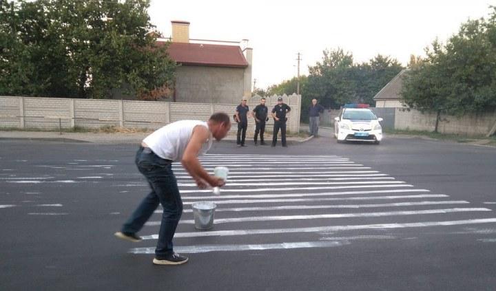 Днепрянин собственноручно нанёс «зебру» на оживленном участке дороги