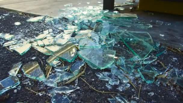 В Днепре парень головой разбил двери в АТБ и бросался на прохожих