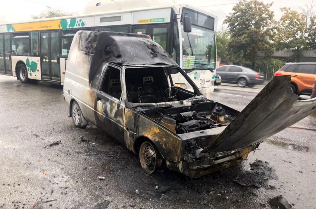 В Днепре на Слобожанском дотла сгорела легковушка (ФОТО)
