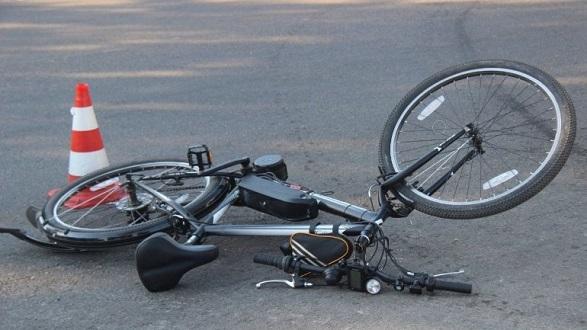 В Днепре на съезде с Амурского моста велосипедист врезался в легковушку