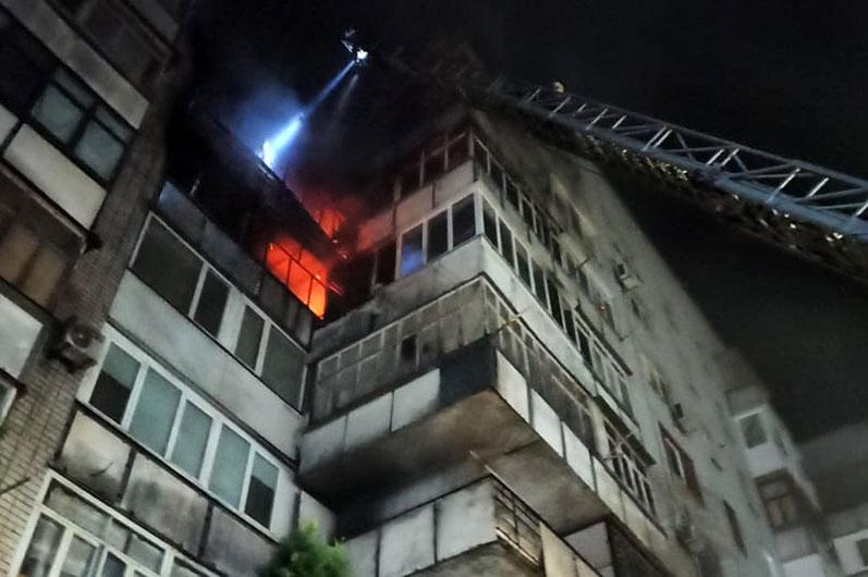 Сильный пожар в Новомосковске: горит девятиэтажный дом (ФОТО)
